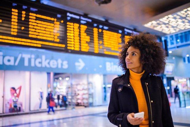 Una viajera en una estación
