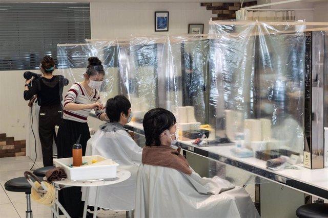 Peluquería de Tokio adaptada frente al coronavirus