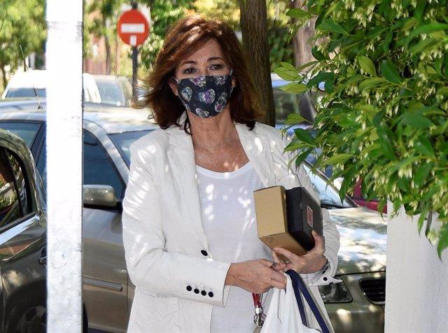Ana Rosa Quintana protegida con una mascarilla con calaveras