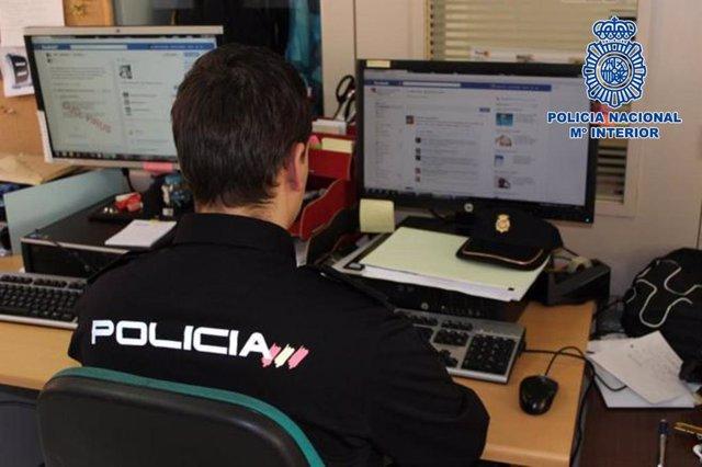 Un agente en su puesto de la Comisaría Provincial de Almería