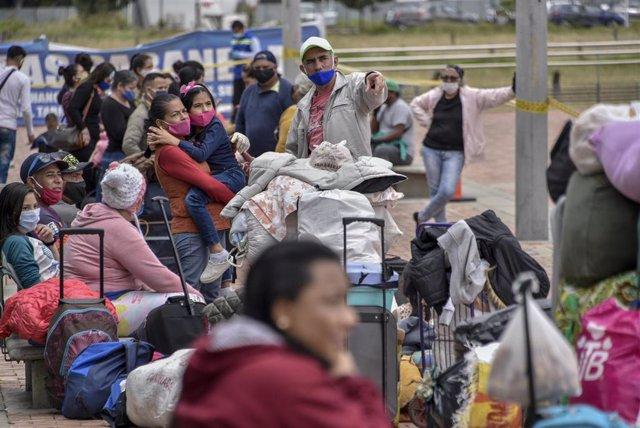 Migrantes venezolanos en Bogotá a la espera de regresar a su país por la pandemia de coronavirus