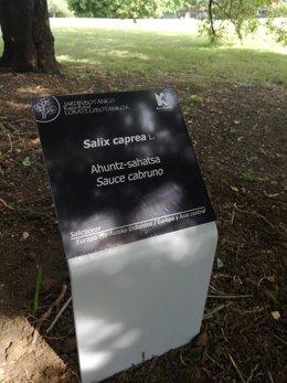 Nuevas placas identificativas en el Jardín Botánico de Barakaldo.