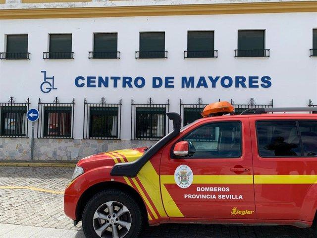 Bomberos de la provincia desinfectan residencias de mayores en varias localidades de Sevilla