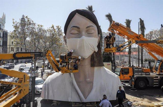 Imagen de la falla del Ayuntamiento de València 2020 durante su montaje antes del aplazamiento y finalmente suspensión de las Fallas por la Covid-19.