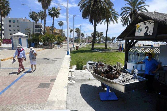 Un espetero prepara sardinas en las playas de Pedregalejo Málaga a 20 de mayo del 2020