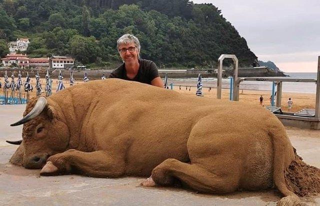 El toro de arena del artista español Andoni Bastarrika y otras esculturas tan detalladas que se confunden con la realidad