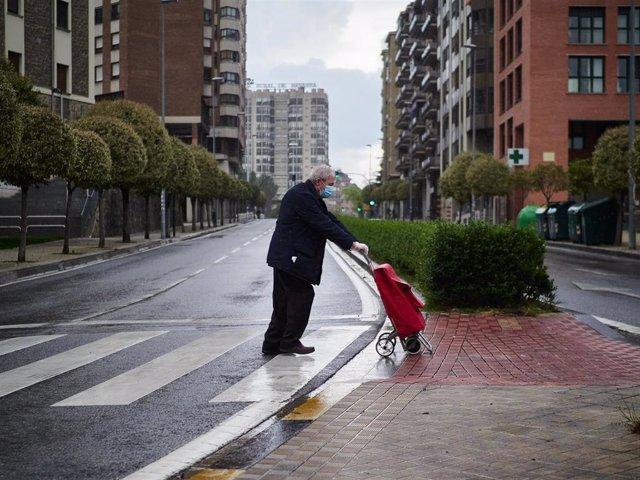 Un anciano regresa a su domicilio con la compra el pasado 11 de abril en Pamplona durante el confinamiento impuesto por el Estado de Alarma provocado por el coronavirus.