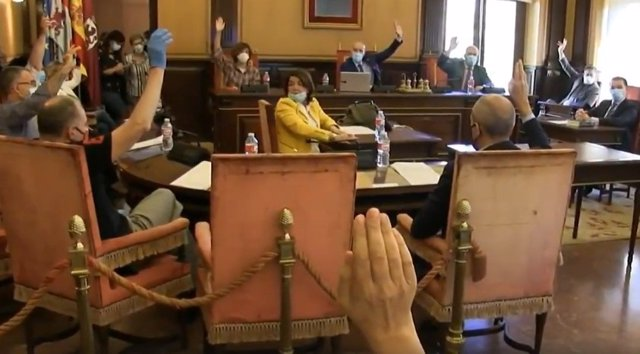 Los concejales del Grupo Municipal PSOE, UPL y Podemos-Equo en el Ayuntamiento de León votan en contra de la moción presentada por los Grupos Municipales PP y Ciudadanos.