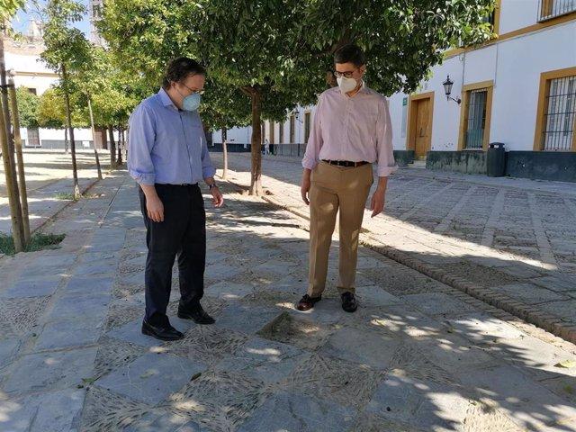 El portavoz de Cs en el Ayuntamiento de Sevila, Álvaro Pimentel, visita al Patio de Banderas junto al concejal de su formación Lorenzo López Aparicio.