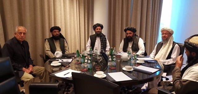 Imagen de archivo de una reunión de Khalilzad con una delegación de los talibán afganos encabezada por el mulá Abdul Ghani Baradar, en Doha