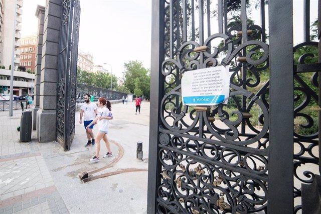 Entrada entre las calles ODonnell y Menéndez Pelayo en el Parque del Retiro de Madrid