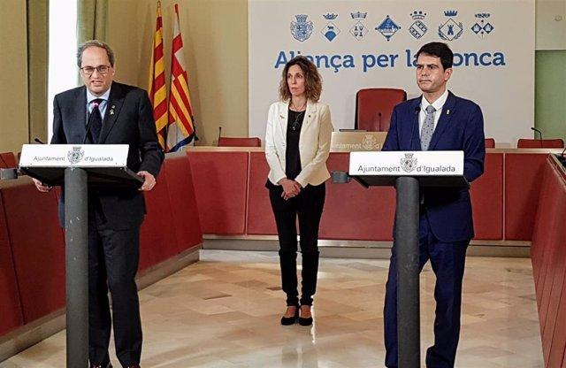 El presidente de la Generalitat, Quim Torra, la consellera de Empresa, Àngels Chacón, y el alcalde de Igualada, Marc Castells este lunes en rueda de prensa tras la reunión para evaluar el impacto de la pandemia en la Conca d'Òdena (Barcelona)