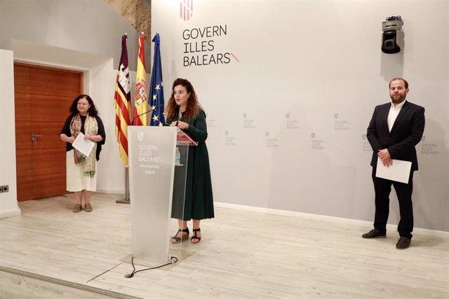 La consellera de Agricultura, Mae de la Concha; la portavoz del Govern, Pilar Costa (en el micrófono); y el conseller de Medio Ambiente y Territorio, Miquel Mir.