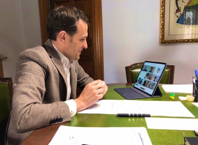 El presidente de la Diputación, Conrado Íscar, presenta el Plan de Choque a la Mesa del Diálogo Social en la provincia.