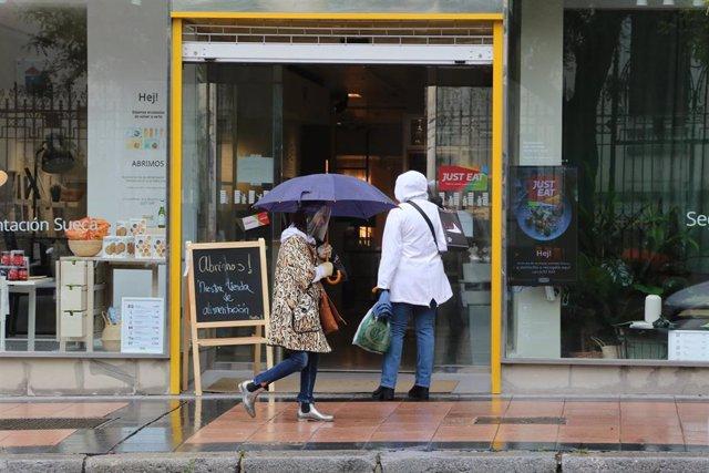 Una mujer con paraguas en Madrid en un día de lluvia