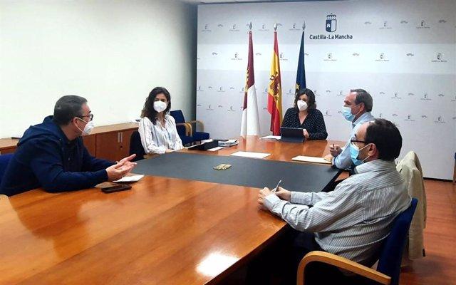 Reunión de la consejera de Economía y los agentes sociales.