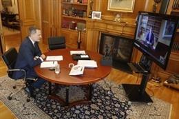 El Rey en conversación con Manel Albiac, presidente del Consell de la Abogacía de Catalunya y presidente del Colegio de la Abogacía de Tarragona, el lunes 25 de mayo de 2020.