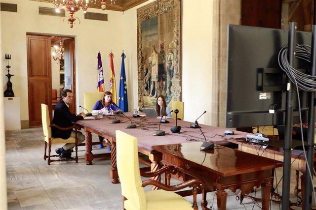 La presidenta del Govern, Francina Armengol, durante una reunión telemática con los consells insulares, Cort y la Felib