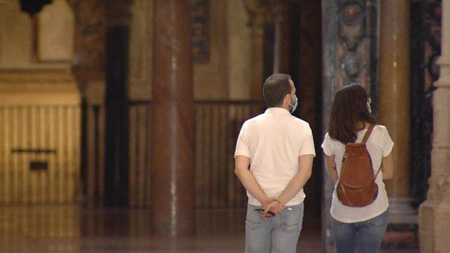 Dos turistas visitan la Mezquita-Catedral de Córdoba tras su reapertura.