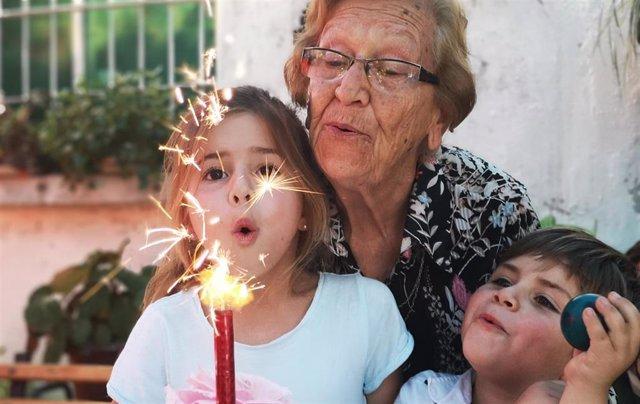 Una abuela y sus nietos.