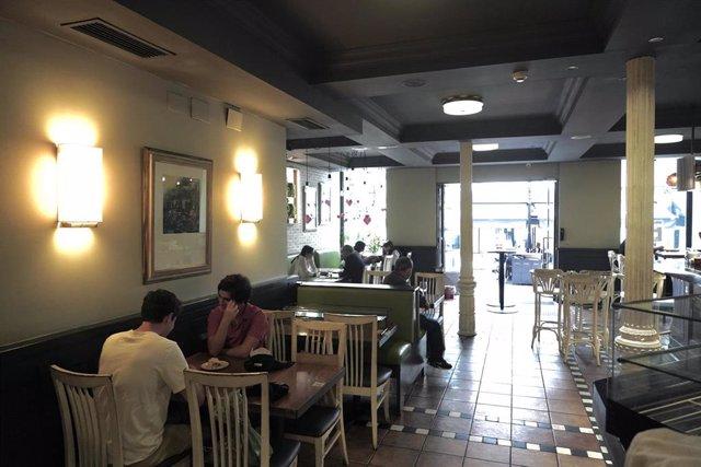 Clientes en un restaurante el día en el que se reabren al público los establecimientos de hostelería y restauración para consumo en el local, siempre que no se supere un 40% de su aforo