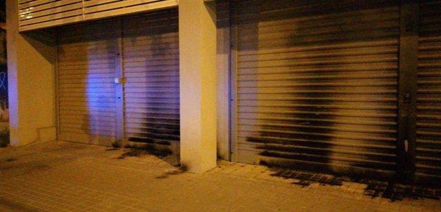 Cremen la porta de la seu del PSC a Barcelona.