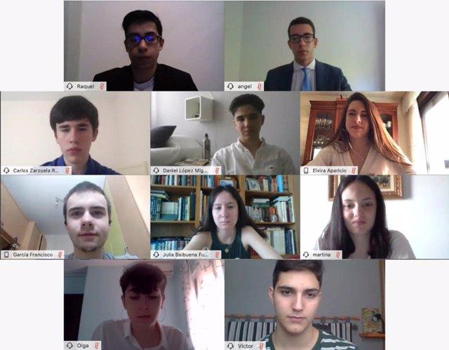Imagen de los alumnos participantes en la final de la XI Olimpiada Financiera del Proyecto Edufinet de Unicaja Banco y Fundación Unicaja.
