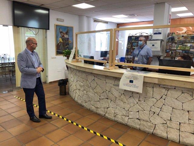 El edil de Turismo de Mijas, José Carlos Martín, en una oficina de turismo