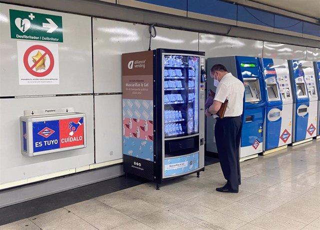 A través de una máquina expendedora se pueden adquirir mascarillas en algunas estaciones de Metro