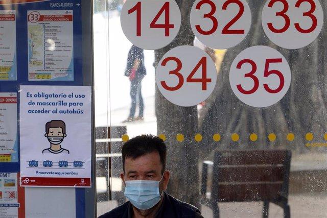 Una persona espera el autobús protegido con mascarilla, durante la fase 0 de la desescalada del Gobierno en el inicio de la semana 8 del estado de alarma decretado por el coronavirus. En Málaga(Andalucía, España), a 04 de mayo de 2020.