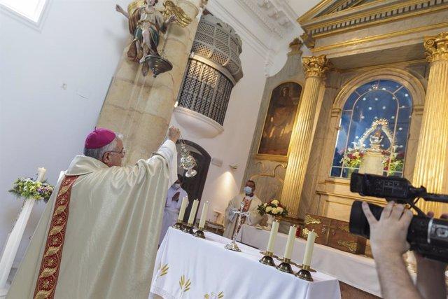 El obispo, Demetrio Fernández, oficiando misa en la ermita del Cementerio de la Salud.