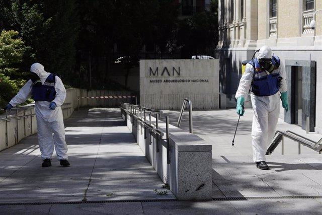 Agentes de la UME desinfectan la entrada del Museo Arqueológico