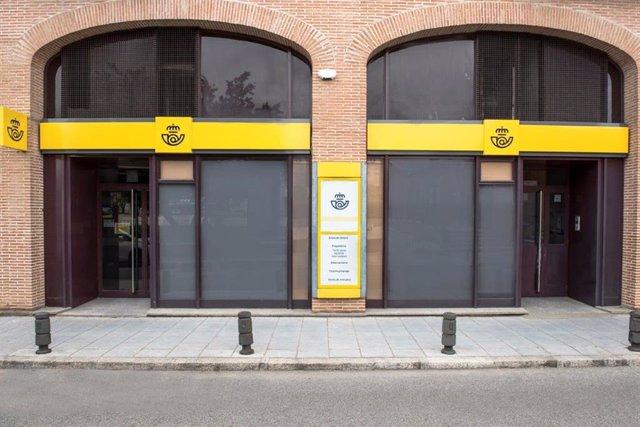 Imagen de archivo de una oficina de Correos, que abre 21 oficinas en Andalucía en horario de tarde.