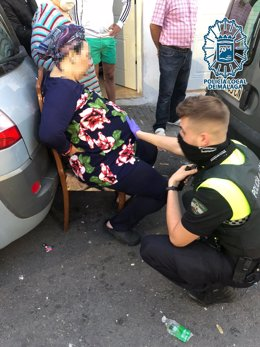 Agentes de la Policía Local asiste a una mujer que estaba dando a luz en plena calle de Málaga
