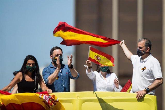 El líder de Vox, Santiago  Abascal, durante la manifestación en  coche convocada por su partido contra la gestión de Pedro Sánchez en el Covid-19. En Madrid, (España), a 23 de mayo de 2020.