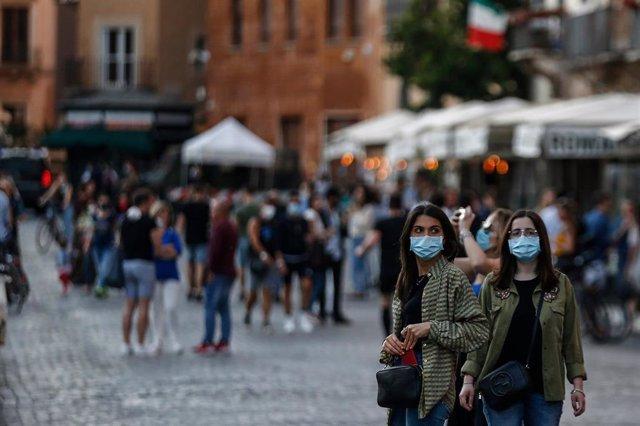 Dos mujeres con mascarilla en Roma