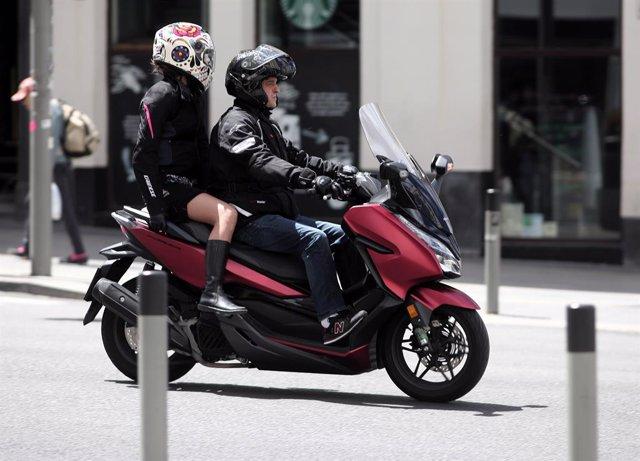 Imagen de una moto circulando por las calles de Madrid.