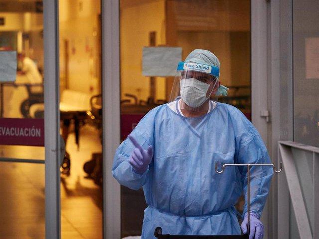 Personal sanitario del Hospital de Navarra traslada una camilla desinfectada en el Servicio de Urgencias durante la cuarta semana de confinamiento por el Estado de Alarma