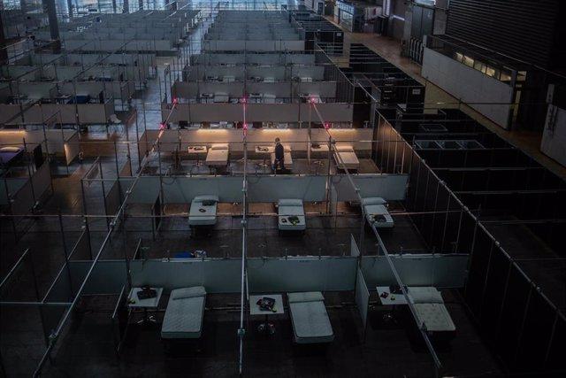 Camillas colocadas y preparadas en las instalaciones del Hospital de Campaña montado en la Fira de Barcelona, a 14 de abril de 2020; uno de los espacios que, de momento, seguirán abiertos
