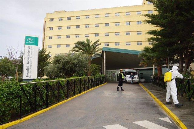 La UME en labores de desinfección del entorno del Hospital Universitario Torrecárdenas el 24 de marzo de 2020