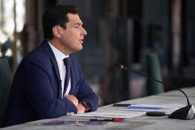 Juanma Moreno, este lunes, durante la vídeoconferencia con los alcaldes de las capitales andaluzas