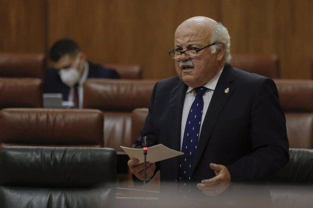 El consejero de Salud y Familias, Jesús Aguirre, durante su intervención en el pleno del Parlamento de Andalucía. En Sevilla (Andalucía, España), a 20 de mayo de 2020.