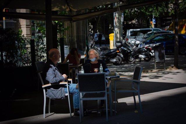 Varias personas disfrutan en una terraza de un bar durante el primer día de la Fase 1 en Barcelona.