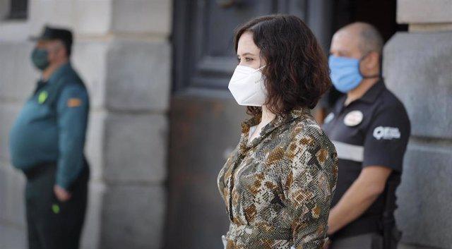 La presidenta de la Comunidad de Madrid, Isabel Díaz Ayuso, participa en el minuto de silencio por las víctimas del Covid-19 junto a la Real Casa de Correos, en la Puerta del Sol, en Madrid (España) a 14 de mayo de 2020.