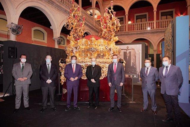 Foto de familia de la reapertura al público de la exposición 'Tengo sed' en la Fundación Cajasol de Sevilla
