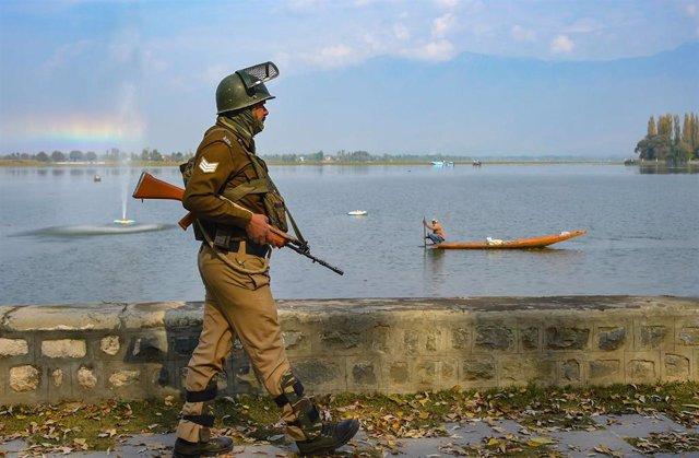 Un militar indio patrullando por Srinagar, en la Cachemira india