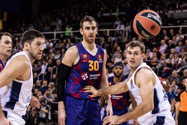 Víctor Claver of FC Barcelona, Sergei Balashov of Zenit St. Petersburg and Evgeny Voronov of Zenit St. Petersburg, during the Turkish Airlines EuroLeague match between  FC Barcelona  and Zenit St Petersburg at Palau Blaugrana