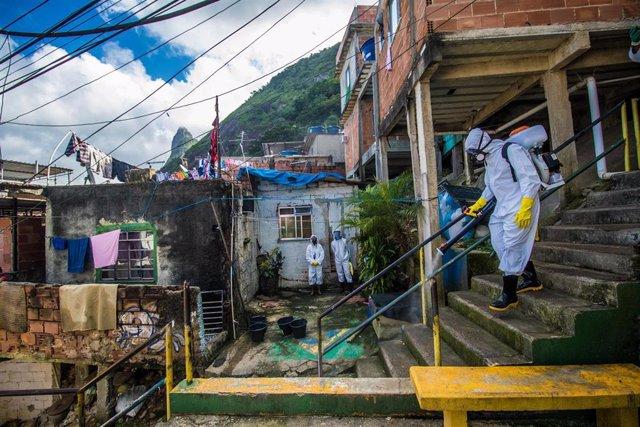 Labotes de desinfección en la favela de Santa Marta, en Río de Janeiro.
