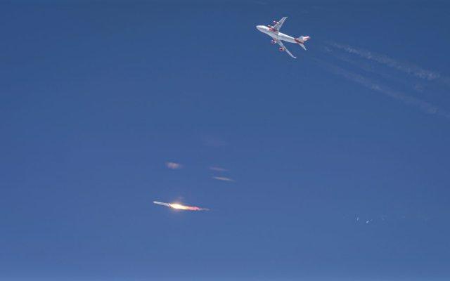 Momento posterior al lanzamiento del cohete Launcher One