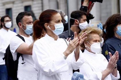 Samantha Vallejo-Nágera, Pepe Rodríguez y un sinfín de chefs protestan a las puertas del Congreso
